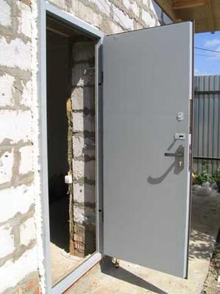 цена за установку металлической двери на даче